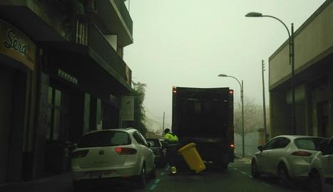 Un operari recollint ahir un contenidor d'un local hoteler.