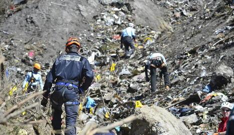 Imatge d'arxiu dels equips de rescat mentre treballaven al lloc de la catàstrofe aèria.