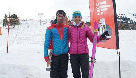Kilian Jornet i Clàudia Galícia, amb els trofeus de campions.