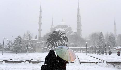 La nevada més gran en set anys ahir a Istanbul, gairebé paralitzada.