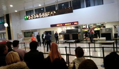 Viatgers esperen que els Mossos els permetin anar a l'andana.
