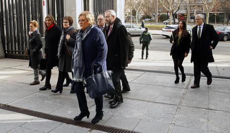 Representants dels familiars de les víctimes del Iak-42, a l'entrar ahir al ministeri de Defensa.