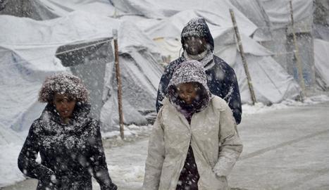 Diversos refugiats caminen en un campament a Lesbos.