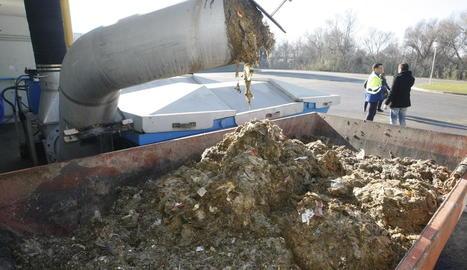 La depuradora separa els residus que arriben amb l'aigua i els envia a un abocador, pagant una taxa.