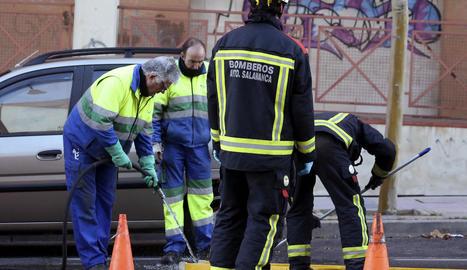 Bombers al lloc on es va trobar el fetus a Salamanca.