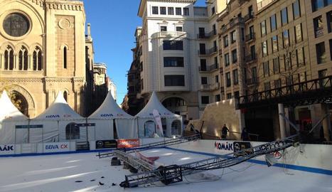 L'estructura metàl·lica amb els focus que van caure sobre la pista de gel de la plaça Sant Joan.