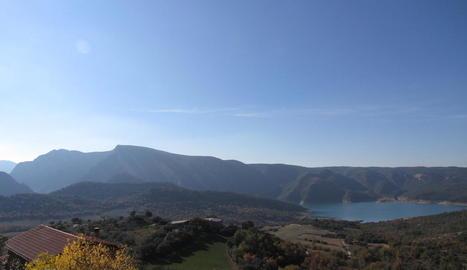 Vista de l'embassament de Canelles des del nucli de Corçà.