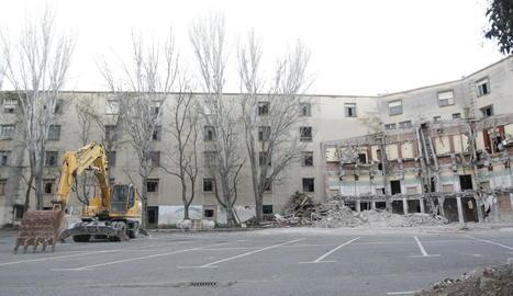 Vista del pati interior de l'edifici, amb l'enderrocament a mitges, ja que ha quedat paralitzat.