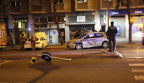 Els dos vehicles, que van arrancar el semàfor, van acabar a la vorera.
