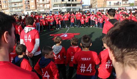 Els jugadors del futbol base del Balaguer van fer una gran circumferència al voltant de la samarreta de Yerai i van llançar centenars de globus blancs amb missatges.