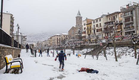 La localitat de Sort es va despertar ahir blanca i ningú es va voler perdre la diversió a la neu. A la dreta, una estampa semblant al Pont de Suert.