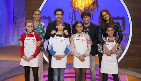 Els finalistes del concurs, al costat dels presentadors.