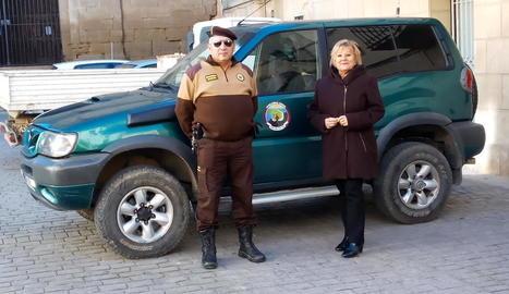 El guarda rural d'Almenar amb l'alcaldessa, Teresa Malla.