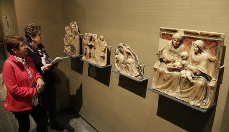 Visitants l'any passat al Museu de Lleida davant de quatre fragments de retaule d'alabastre de Sixena.