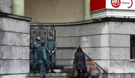 La Guàrdia Civil va escorcollar ahir la seu del sindicat UGT a Oviedo.