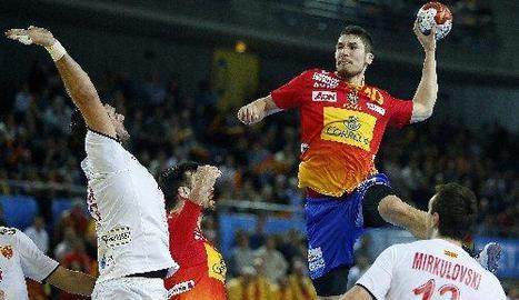Alex Dujshebaev llança a porteria davant de l'oposició de Markoski.