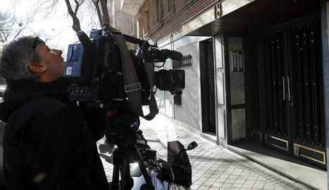 Mitjans de comunicació davant del portal de l'edifici on es van produir les morts a Madrid.