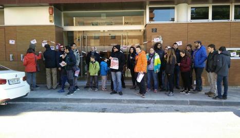 La concentració de protesta de la CGT d'ahir davant Ensenyament.