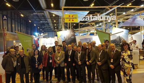 Joan Reñé i Àngel Ros, amb la resta de representants de les comarques de Lleida a Fitur 2017.