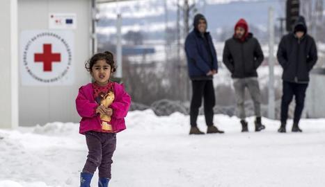 Refugiats ■ La Unió Europea va reclamar ahir més suport als Estats membres i a les organitzacions internacionals per ajudar Grècia a atendre els refugiats que han quedat desprotegits a Lesbos davant de l'onada de fred.