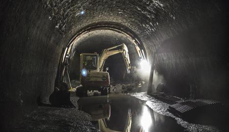 Obres de reparació a contrarellotge al túnel de Montclar
