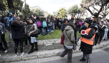 Estudiants i professors d'un institut de Roma, després de ser desallotjats per un dels sismes.