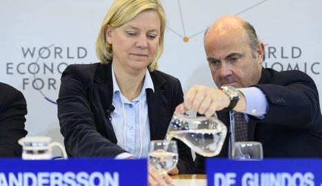 De Guindos posa aigua a la ministra de Finances sueca.