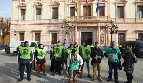 Membres de la PAH aquest dijous davant de la subdelegació del Govern central a Lleida.