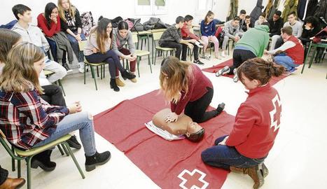 Una de les sessions formatives impartides per Creu Roja a alumnes de tercer d'ESO del col·legi Sagrada Família.