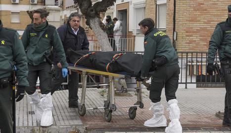 Serveis fúnebres i agents retiren el cos.