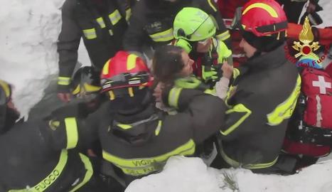 Captura de vídeo del rescat d'una dona a l'hotel Rigopiano.