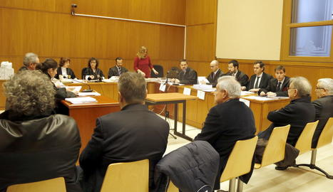 Alguns dels acusats, ahir davant de l'Audiència de Barcelona.