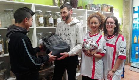 L'AC Templers entrega material als joves del Centre Històric