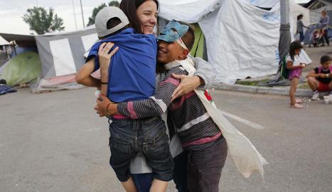 a traïció. L'Eko Camp va ser desallotjat de nit per agafar desprevingudes les famílies refugiades.