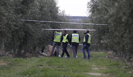 Agents de la policia científica dels Mossos d'Esquadra buscaven proves ahir al lloc on es van cometre els fets.