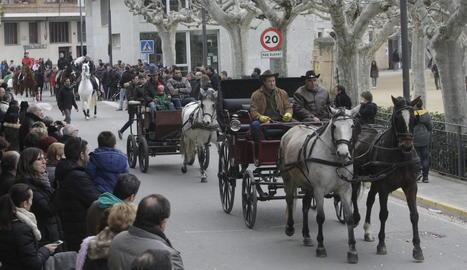 Centenars de persones van assistir ahir a les Borges Blanques a la tradicional festa dels Tres Tombs, amb desfilada de cavalls i carrosseries i benedicció d'animals.