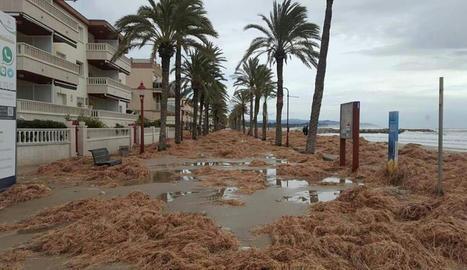 Vista del passeig marítim de Cubelles inundat ahir després del fort temporal.