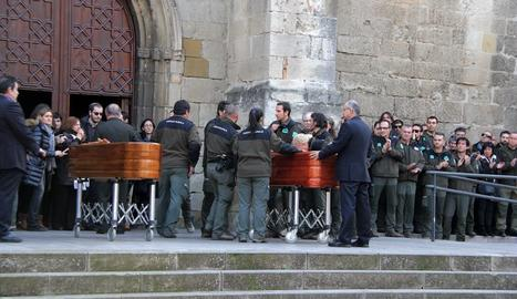 Familiars, companys del cos i diferents representants polítics i sindicals encapçalades pel president Puigdemont donen l'últim adéu a les víctimes del doble homicidi