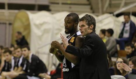 Borja Comenge dóna instruccions a Jeremy Williams.