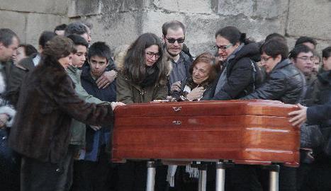Una companya de les víctimes no va poder contenir la tristesa.