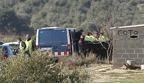 El detingut surt de la furgoneta dels Mossos aquest dimarts al matí per iniciar la reconstrucció dels fets a Aspa.