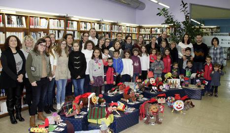 Imatge de les famílies guanyadores en l'acte d'entrega dels premis del concurs BiblioNadal d'Alpicat.
