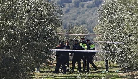 El caçador, Ismael Rodríguez Clemente, ahir pujant al furgó policial després de finalitzar la reconstrucció del doble crim a Aspa.
