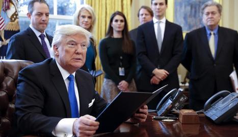 Trump durant la firma de les ordres al Despatx Oval.