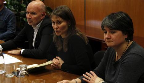 La consellera Serret, al centre, durant la roda de premsa d'ahir.