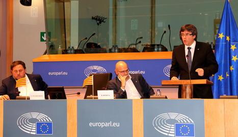 Puigdemont durant el seu discurs en una sala del Parlament Europeu plena.