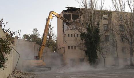 Reprenen la demolició de Magisteri, que talla el trànsit a Camp de Mart