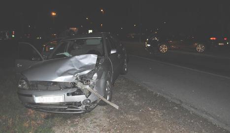 Un vehicle va quedar bolcat al mig de la carretera al sortir de la via a Torre-serona.