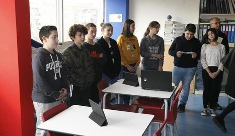 Alumnes a la nova aula tecnològica de l'institut Maria Rúbies.