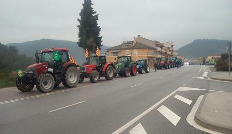 Una quinzena de tractors esperen a Calaf els 115 que han sortit de Cervera.